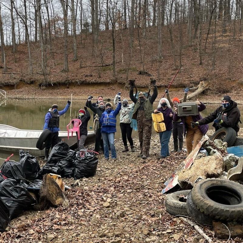 Μία επική προσπάθεια καθαρισμού: Εθελοντές αφαιρούν 4 χιλιάδες κιλά πλαστικών απορριμμάτον από τον ποταμό Τενεσί