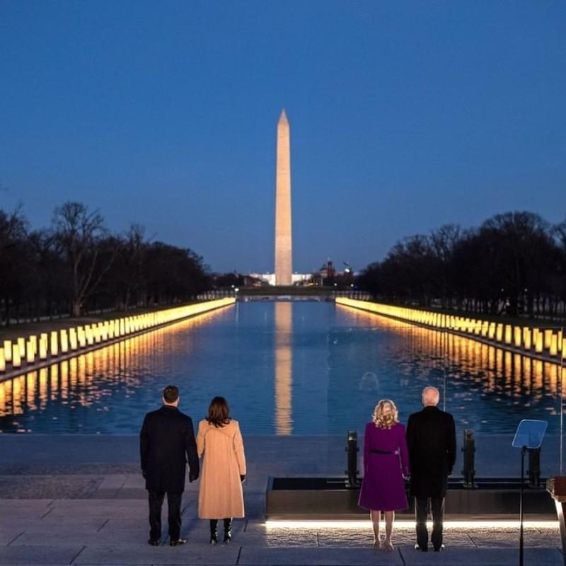ΗΠΑ: Καμπάνες και φως κεριών σε μια τελετή-φόρο τιμής στους 400.000 νεκρούς της πανδημίας