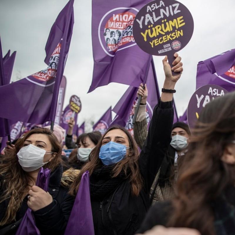 Σκοτεινές μέρες για τις γυναίκες τις Τουρκίας: Μετά την αποχώρηση από τη Σύμβαση της Κωνσταντινούπολης, διαδηλώνουν για την έμφυλη βία