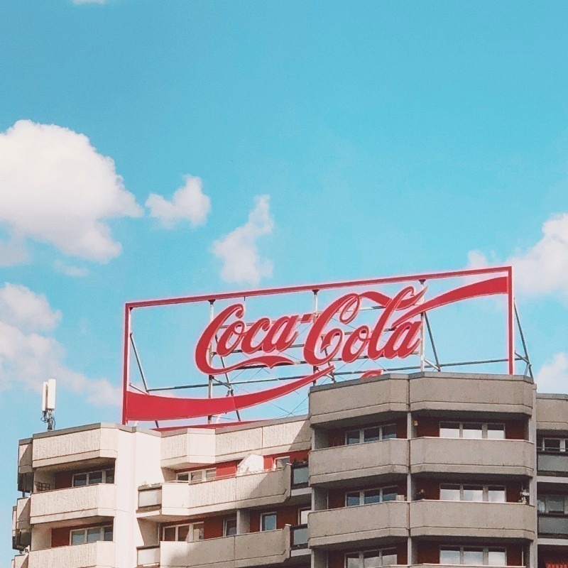 Coca Cola HBC: Σχεδιάζει «μέγα» εργοστάσιο στην Ουγγαρία – Η συμφωνία με την τοπική κυβέρνηση