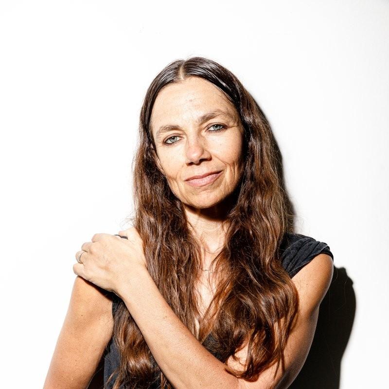 Τζαστίν Μπέιτμαν: H συγγραφέας που μαθαίνει στις γυναίκες να αγκαλιάζουν την ηλικία τους